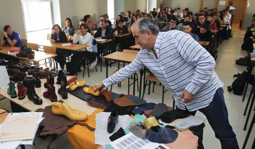 El calzado, nueva línea de experimentación para los alumnos de Diseño Industrial de Ferrol.